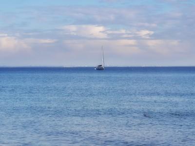 azulado es el mar y a su lado es el cielo.